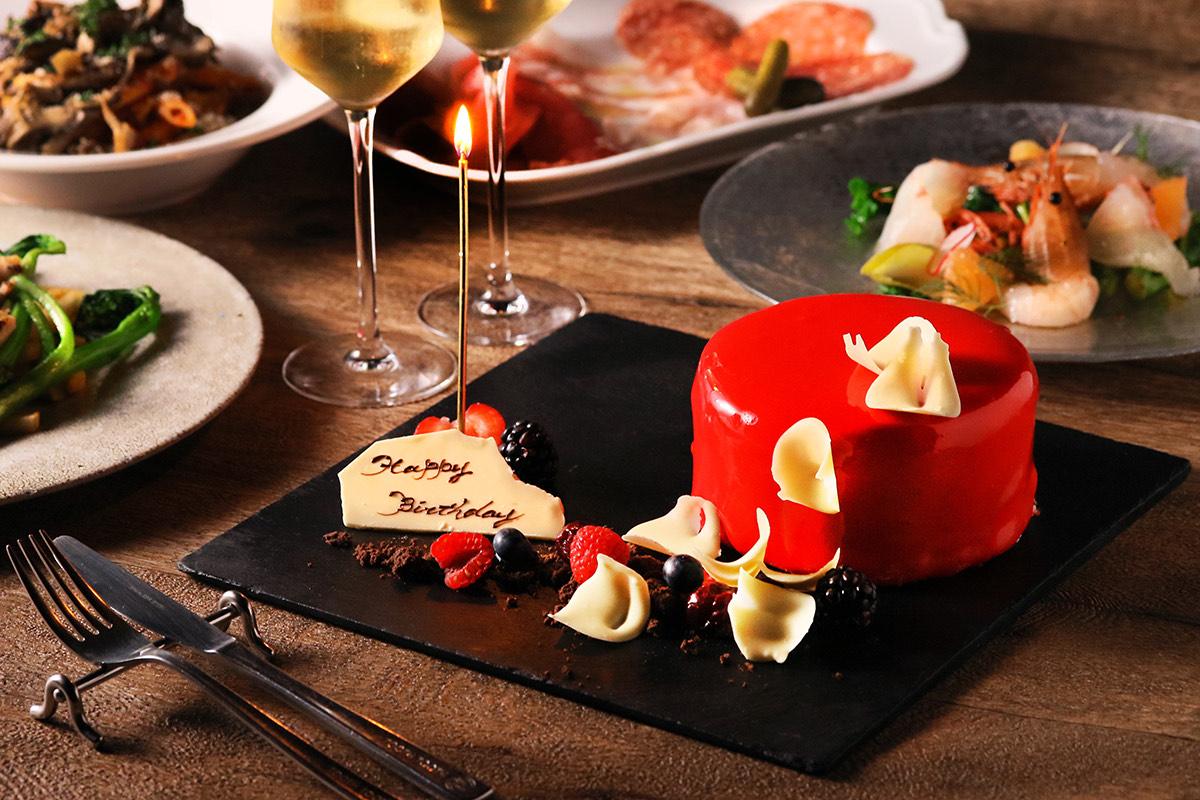 """特別な日は""""真紅のミラーケーキ""""でお祝い。恵比寿『TOOTH TOOTH TOKYO』予約限定アニバーサリープラン、11/19(木)提供スタート"""