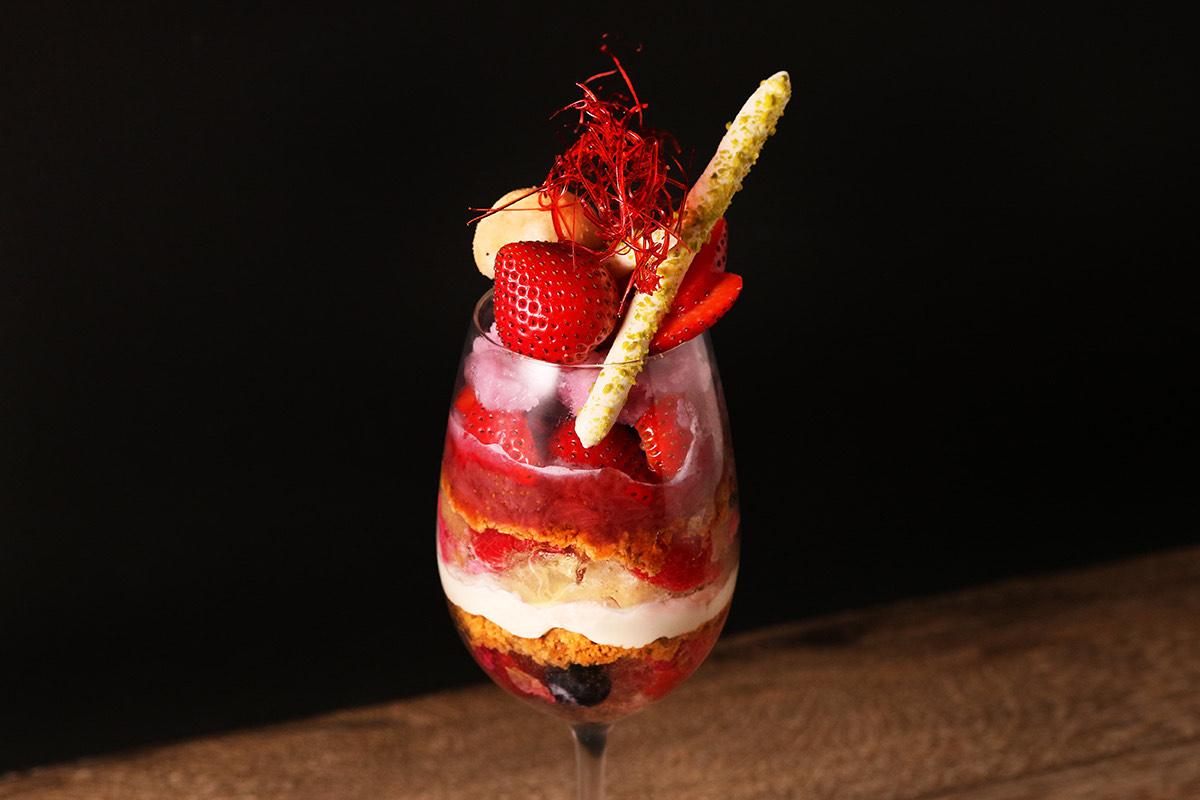 TOOTH TOOTH TOKYO「山形グレイス赤ワインのジェラートと苺のパフェ −フロマージュブランととちおとめのコンフィチュール−」